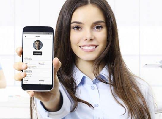 Billigt journalsystem och app som kvinna håller upp mobil