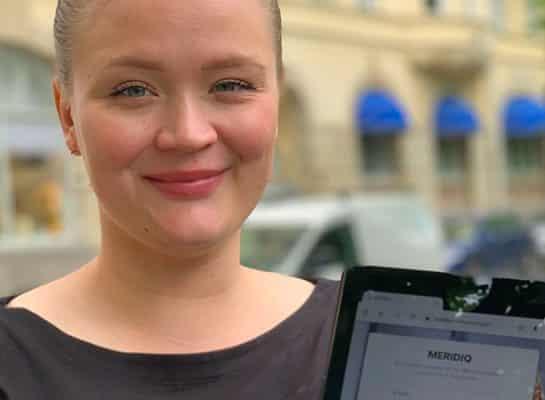 Amanda hudterapeut som använder MERIDIQ på ipad